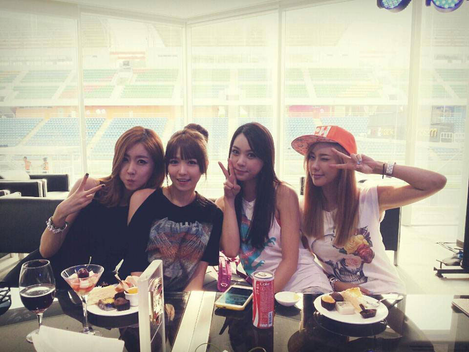 Korean race queens casual selca photo