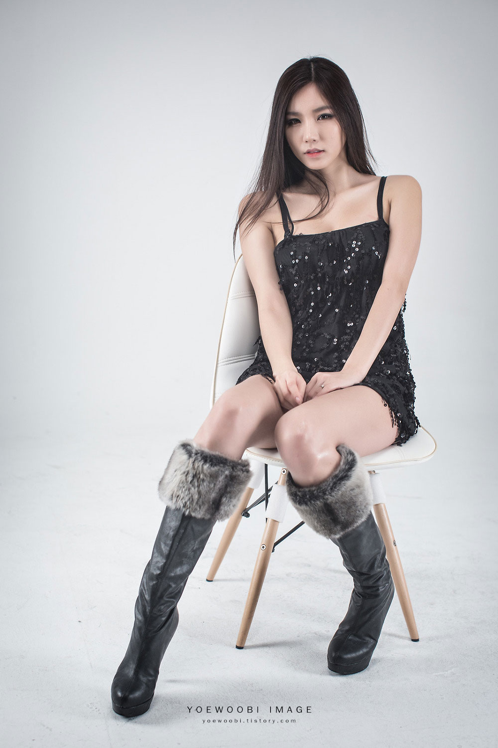 Model Lee Ji Min black mini dress
