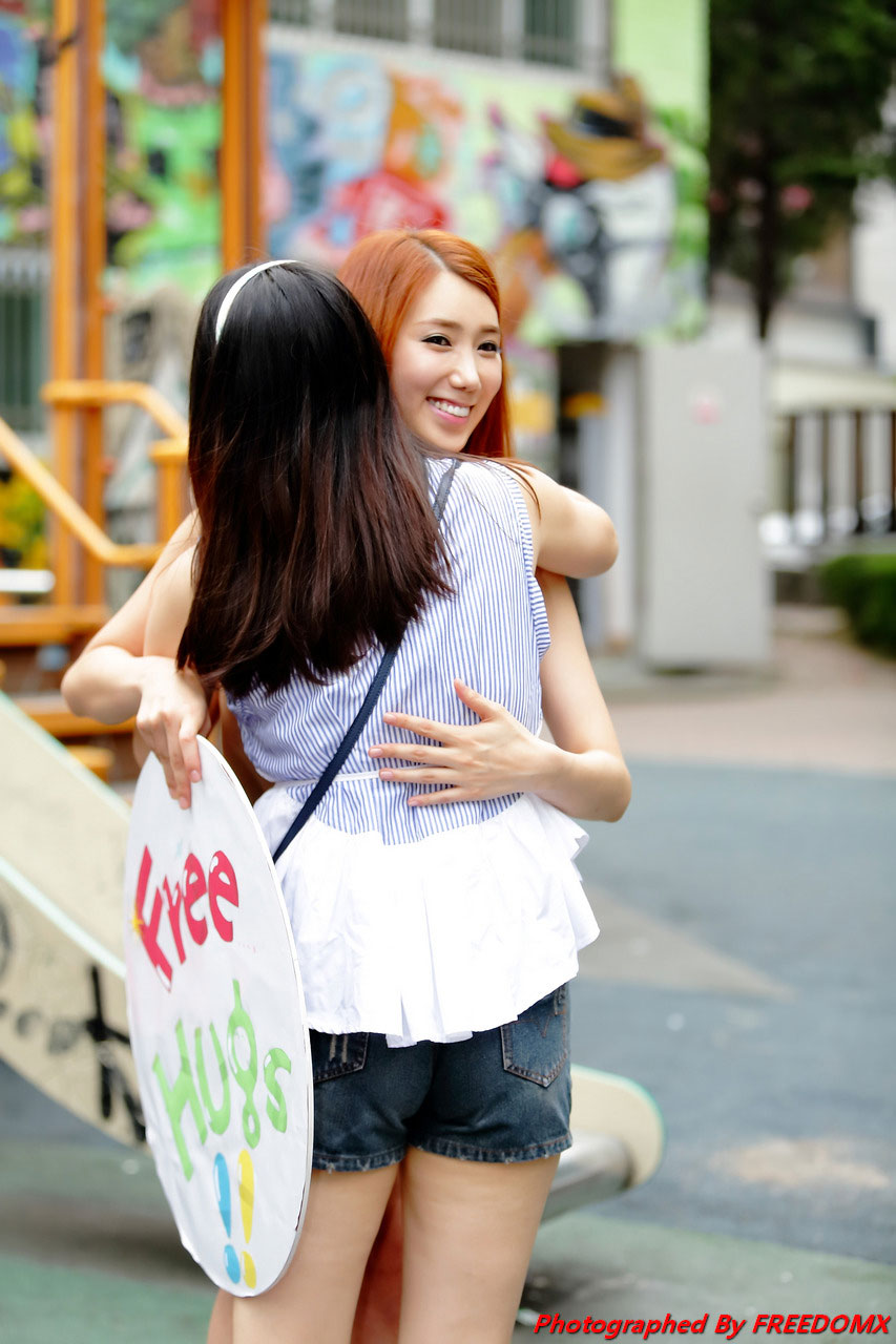 Korean model Lee Sung Hwa free hugs