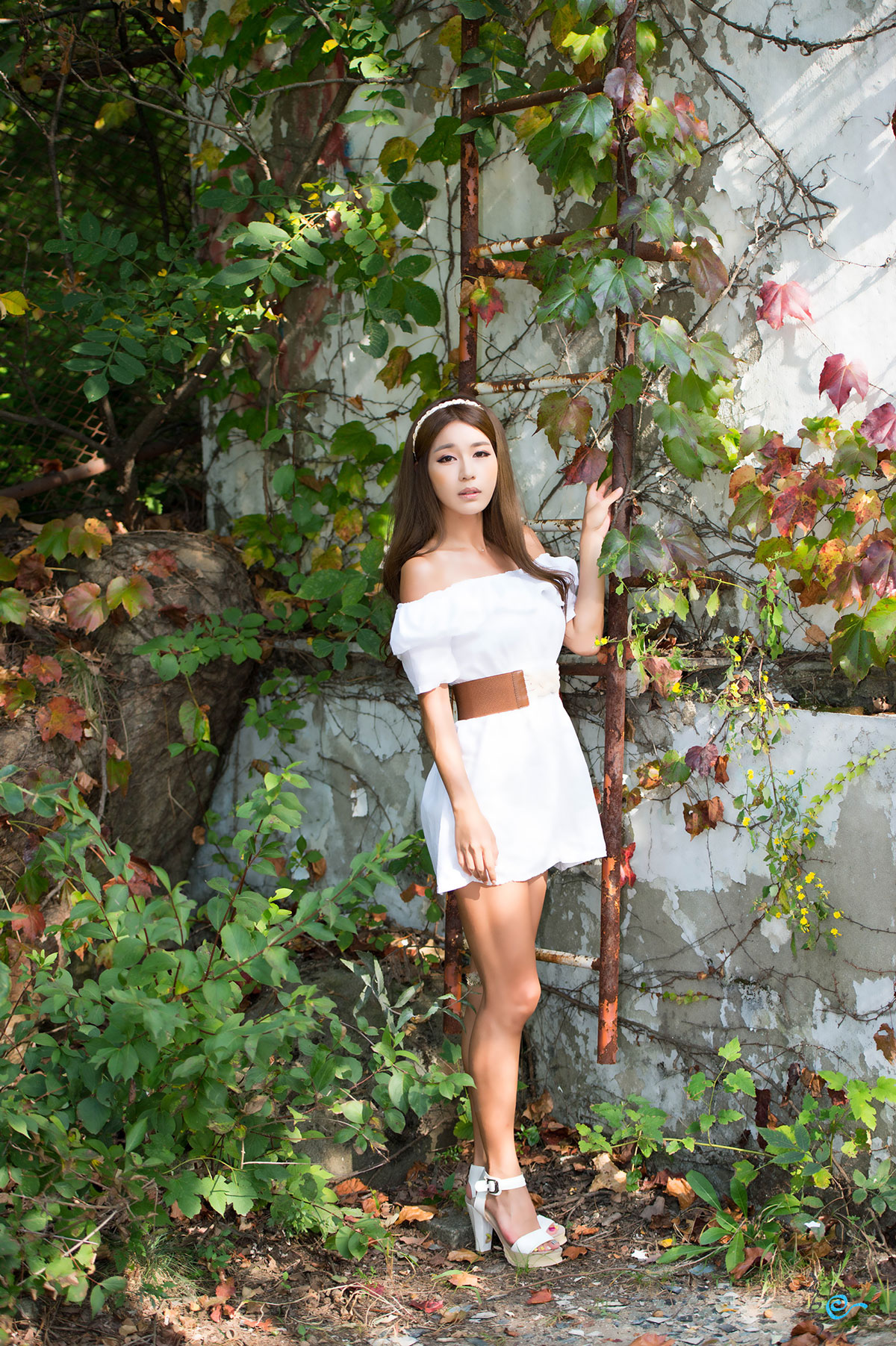 Park Si Hyun casual mini dress outdoor