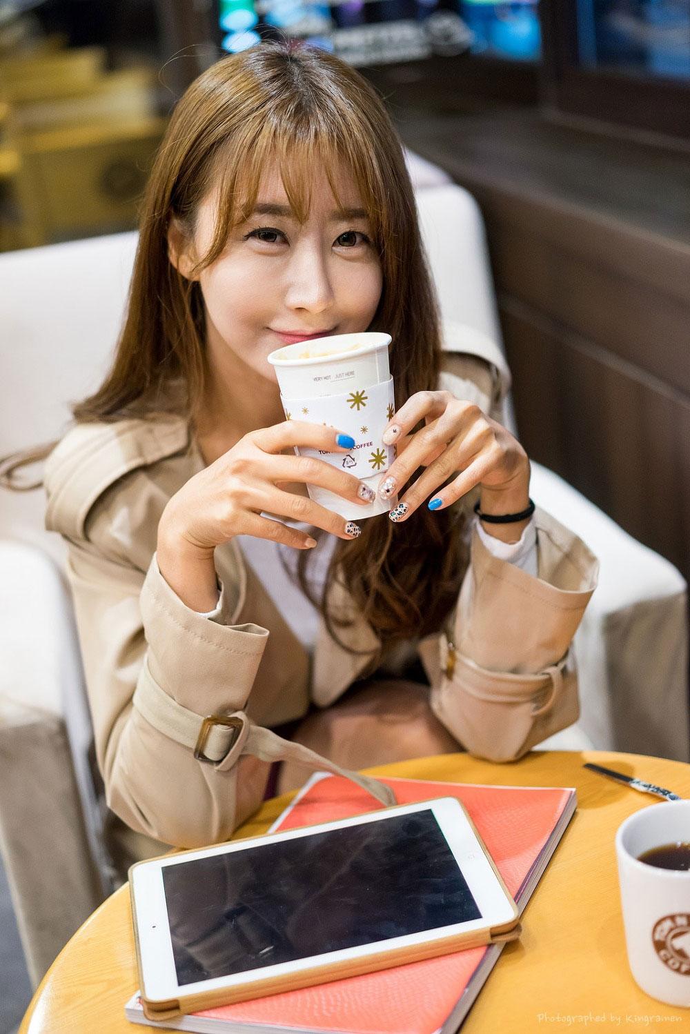 Korean model Park Hyun Sun coffee break
