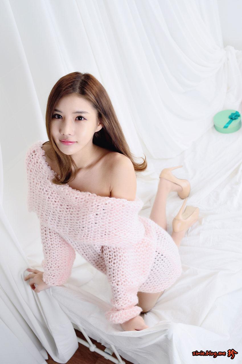 Model Yeon Ji Eun pink studio photoshoot