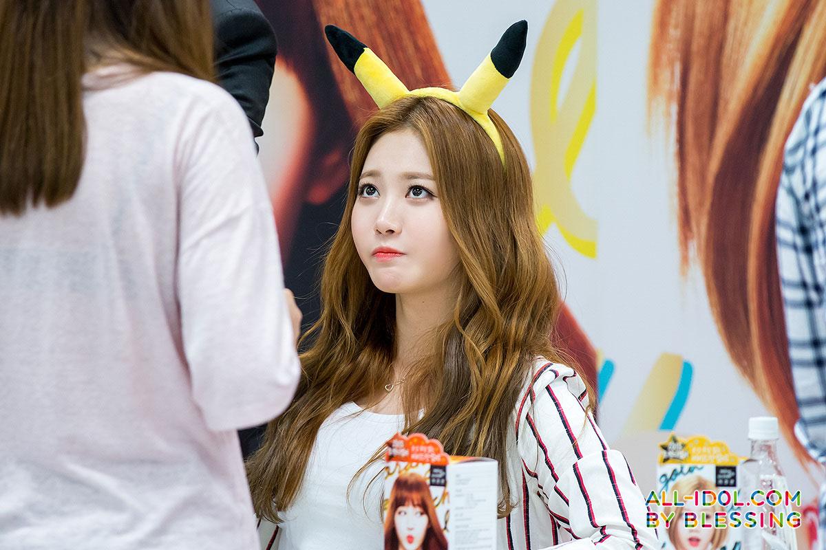 Girls Day Yura Hello Bubble fan signing